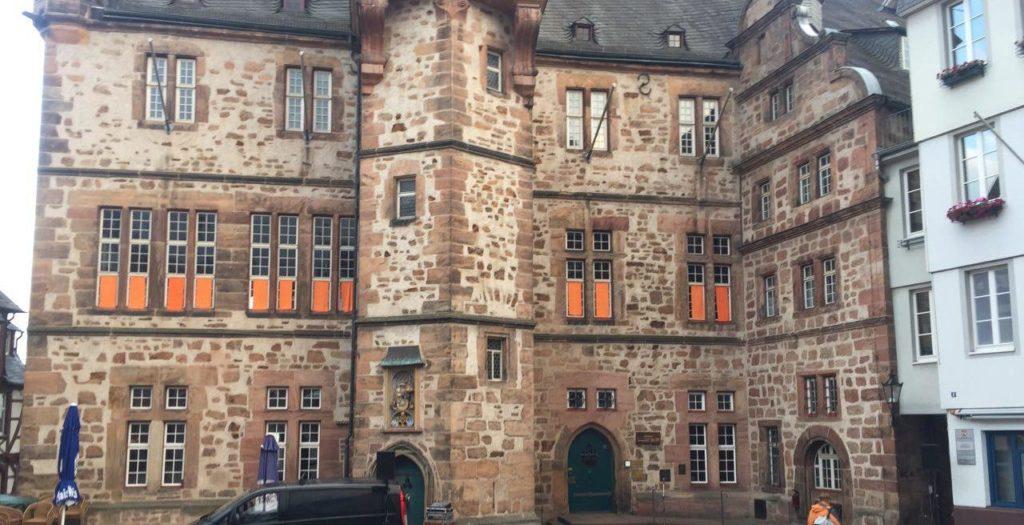 Marburger Rathaus mit Orangenen Tüchern